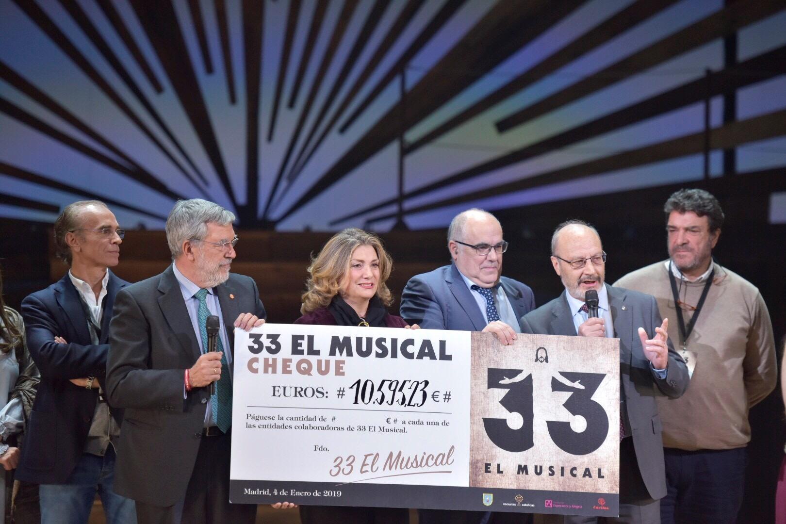 """""""33 El Musical"""" dona más de 10.000 euros para ayudar a los necesitados"""